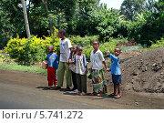 Купить «Африка, Танзания, недалеко от города Наманга, группа детей стоит на обочине дороги, ожидая проезда транспорта», фото № 5741272, снято 9 февраля 2008 г. (c) Владимир Григорьев / Фотобанк Лори