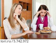 Купить «Две девушки после конфликта за столом», фото № 5742972, снято 7 марта 2014 г. (c) Яков Филимонов / Фотобанк Лори