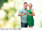 Купить «Позитивная молодая пара сложила сердце с помощью пальцев рук», фото № 5743780, снято 16 февраля 2014 г. (c) Syda Productions / Фотобанк Лори