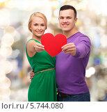 Купить «Счастливые мужчина женщина держат большое красное сердце в вытянутых руках», фото № 5744080, снято 16 февраля 2014 г. (c) Syda Productions / Фотобанк Лори