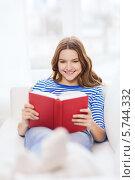 Купить «Привлекательная девушка увлеченно читает книгу», фото № 5744332, снято 26 февраля 2014 г. (c) Syda Productions / Фотобанк Лори