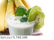 Купить «Молочный коктейль с киви и бананом», фото № 5744348, снято 25 марта 2014 г. (c) Peredniankina / Фотобанк Лори