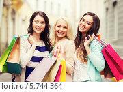 Купить «Счастливые девушки с разноцветными пакетами после удачного шопинга», фото № 5744364, снято 29 июня 2013 г. (c) Syda Productions / Фотобанк Лори