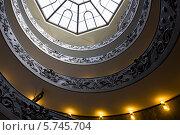 Вид снизу на винтовую лестницу в Ватикане (2013 год). Редакционное фото, фотограф Светлана Пальцева / Фотобанк Лори
