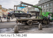 Купить «Сотрудники Московского паркинга готовят машину-нарушитель к эвакуации», эксклюзивное фото № 5746248, снято 22 марта 2014 г. (c) Виктор Тараканов / Фотобанк Лори