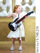 Купить «Маленькая девочка с электрогитарой», фото № 5748216, снято 12 мая 2013 г. (c) Losevsky Pavel / Фотобанк Лори
