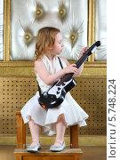 Купить «Маленькая девочка в белом платье с гитарой», фото № 5748224, снято 12 мая 2013 г. (c) Losevsky Pavel / Фотобанк Лори