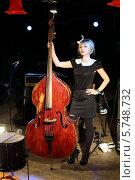 Купить «Молодая красивая девушка с контрабасом в ночном клубе», фото № 5748732, снято 26 декабря 2012 г. (c) Losevsky Pavel / Фотобанк Лори