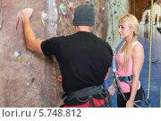 Купить «Девушка слушает инструкции инструктора по скалолазанию», фото № 5748812, снято 5 декабря 2012 г. (c) Losevsky Pavel / Фотобанк Лори