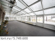 Купить «Пустое помещение со стеклянным потолком и несколькими растениями», фото № 5749600, снято 16 января 2013 г. (c) Losevsky Pavel / Фотобанк Лори