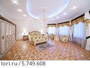 Купить «Интерьер роскошной спальни в классическом стиле», фото № 5749608, снято 16 января 2013 г. (c) Losevsky Pavel / Фотобанк Лори