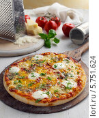 """Купить «свежая пицца """"Четыре сыра"""" и ингредиенты на столе», фото № 5751624, снято 14 января 2019 г. (c) Food And Drink Photos / Фотобанк Лори"""