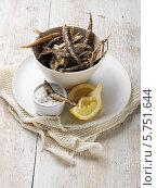 Купить «жареная корюшка на белом блюде», фото № 5751644, снято 7 января 2012 г. (c) Food And Drink Photos / Фотобанк Лори