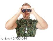 Купить «Молодой солдат в камуфляже смотрит в бинокль, изолированно на белом фоне», фото № 5753044, снято 7 сентября 2013 г. (c) Viktor Gladkov / Фотобанк Лори