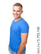 Купить «Веселый молодой мужчина в синей футболке на белом фоне», фото № 5755140, снято 23 мая 2013 г. (c) Viktor Gladkov / Фотобанк Лори