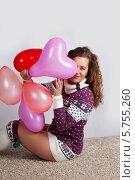 Молодая девушка в свитере с воздушными шариками. Стоковое фото, фотограф Daniil Nikiforov / Фотобанк Лори