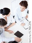 Купить «Коллеги что-то увлеченно обсуждают в офисе», фото № 5760276, снято 9 июня 2013 г. (c) Syda Productions / Фотобанк Лори