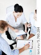 Купить «Группа успешных деловых людей что-то обсуждает в офисе», фото № 5760284, снято 9 июня 2013 г. (c) Syda Productions / Фотобанк Лори