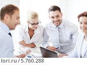Купить «Встреча успешной бизнес-команды в офисе для обсуждения плана работ», фото № 5760288, снято 9 июня 2013 г. (c) Syda Productions / Фотобанк Лори