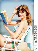 Купить «Летний отдых на берегу моря. Девушка читает, сидя в кресле», фото № 5760308, снято 11 июля 2013 г. (c) Syda Productions / Фотобанк Лори