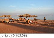 Люди отдыхают на пляже в Египте (2013 год). Редакционное фото, фотограф Ольга Коцюба / Фотобанк Лори