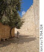 Купить «Израиль, Иерусалим. Узкая улочка в Старом городе на горе Сион», фото № 5764324, снято 9 октября 2012 г. (c) Ирина Борсученко / Фотобанк Лори