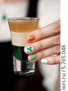 Ирландский коктейль в женских руках с разноцветным маникюром. Стоковое фото, фотограф Виктория Чеканова / Фотобанк Лори