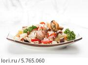Купить «Рис с морепродуктами и овощами на тарелке», фото № 5765060, снято 30 марта 2014 г. (c) Александр Лычагин / Фотобанк Лори
