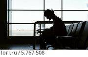 Купить «Женщина с планшетом в аэропорту», видеоролик № 5767508, снято 22 марта 2014 г. (c) Данил Руденко / Фотобанк Лори
