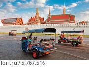 Такси тук-тук ждет клиентов у храма Изумрудного Будды и дома тайского короля в Таиланде, Бангкок (2014 год). Редакционное фото, фотограф Михаил Мандрыгин / Фотобанк Лори