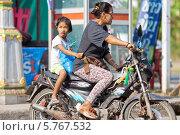 Мама с ребенком на мотоцикле. Бангкок (2014 год). Редакционное фото, фотограф Михаил Мандрыгин / Фотобанк Лори