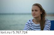 Купить «Задумчивая девушка на фоне моря», видеоролик № 5767724, снято 24 марта 2014 г. (c) Данил Руденко / Фотобанк Лори