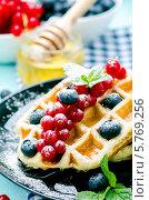 Завтрак: Вафли со свежими ягодами. Стоковое фото, фотограф Olena Gorbenko / Фотобанк Лори