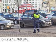 Купить «Инспектор ДПС на улице Новый Арбат в Москве на фоне движущегося потока автомашин», фото № 5769840, снято 2 апреля 2014 г. (c) Владимир Сергеев / Фотобанк Лори