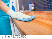 Купить «женщина протирает кухонную столешницу», фото № 5770060, снято 5 ноября 2013 г. (c) Андрей Попов / Фотобанк Лори