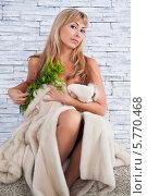Женщина сидит у стены и закрывается мехами. Стоковое фото, фотограф Daniil Nikiforov / Фотобанк Лори