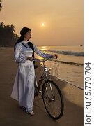 Купить «Девушка с велосипедом на берегу», фото № 5770704, снято 19 января 2014 г. (c) макаров виктор / Фотобанк Лори
