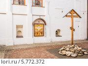 Купить «Новоспасский монастырь, памятный крест», эксклюзивное фото № 5772372, снято 28 февраля 2014 г. (c) Владимир Князев / Фотобанк Лори