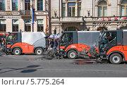Купить «Уборочные машины замыкают карнавальное шествие по Невскому проспекту», эксклюзивное фото № 5775264, снято 24 мая 2008 г. (c) Александр Щепин / Фотобанк Лори