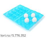 Купить «Четыре куриных яйца в раскрытом голубом пластиковом контейнере, на белом фоне», фото № 5776352, снято 13 ноября 2013 г. (c) lanych / Фотобанк Лори