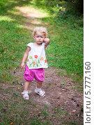 Обиженная маленькая девочка стоит на дорожке. Стоковое фото, фотограф Евдокимова Ольга / Фотобанк Лори