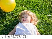 Счастливый ребенок лежит на траве летом. Стоковое фото, фотограф Евдокимова Ольга / Фотобанк Лори