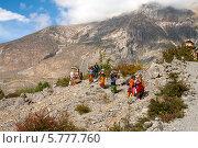 Купить «Непальские женщины идут в монастырь Муктинатх», фото № 5777760, снято 2 октября 2012 г. (c) Юлия Бабкина / Фотобанк Лори