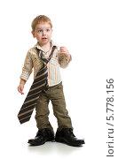 Купить «Мальчик в папиной одежде», фото № 5778156, снято 5 февраля 2014 г. (c) Андрей Кузьмин / Фотобанк Лори