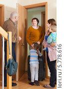 Купить «Семья встречает женщину с чемоданом в прихожей квартиры», фото № 5778616, снято 19 января 2014 г. (c) Яков Филимонов / Фотобанк Лори