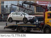 Эвакуатор забирает машину (2014 год). Редакционное фото, фотограф Галина Нагаева / Фотобанк Лори
