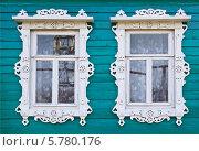Купить «Окна деревенского дома с резными наличниками», фото № 5780176, снято 6 апреля 2014 г. (c) Александр Романов / Фотобанк Лори