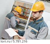 Купить «Два рабочих электромонтера», фото № 5781216, снято 28 февраля 2014 г. (c) Дмитрий Калиновский / Фотобанк Лори