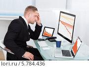 Купить «расстроенный бизнесмен смотрит на график падения продаж», фото № 5784436, снято 25 января 2014 г. (c) Андрей Попов / Фотобанк Лори