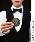 Купить «Фокусник показывает трюк с монетой», фото № 5786632, снято 12 сентября 2013 г. (c) Syda Productions / Фотобанк Лори